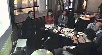 「システム思考」をテーマにした講座で学ぶ山下さん(左から4人目)ら(JR柏駅近くの飲食店で)