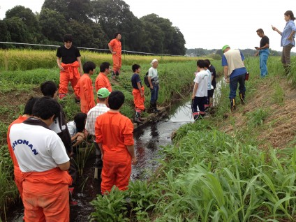 農業排水路を調査する高校生と市民環境団体。農業排水路のコンクリート三面張り改修の計画が見直されました。
