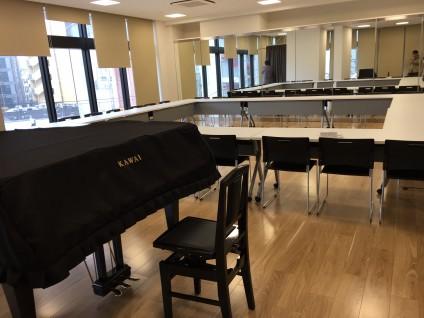 ピアノがあり、鏡もある多目的ルーム