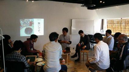 二畳大学の梅山晃佑さん、大阪から持ってこられた「ちゃぶ台」を設置