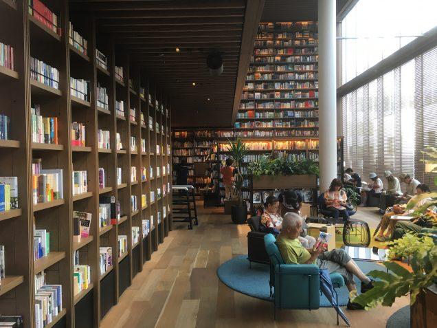 至る所にソファがあり、売り物の本を読むことができます。