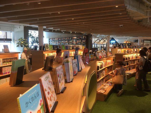 子どもと学びのコーナーは、子どもが一人きりで本を読めるワクワクするスペースがあり、床も柔らかい素材でした。