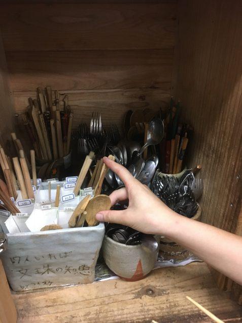 お箸やスプーンは子どもたちが作ったものです。