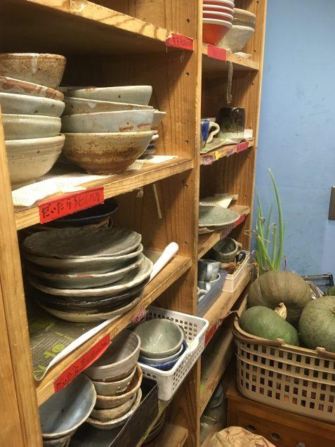野菜は、地域の方々からいただいたもの。 食器は、子どもたちが作ったもの。